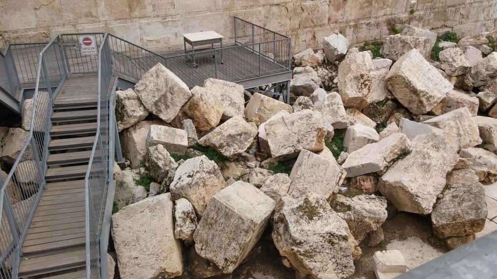La plateforme de prière égalitaire du mur Occidental construite sur les pierres tombées du deuxième Temple pendant sa destruction dans la rue en contrebas, où elles ont été découvertes 2 000 plus tard par les archéologues. Photographie non datée. (Crédit : autorisation d'Eilat Mazar)