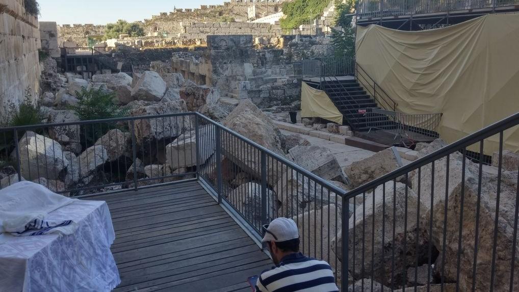 Des archéologues affirment que la plateforme de prière égalitaire nuit à l'histoire visuelle du mur Occidental, en cachant d'importantes découvertes archéologiques. (Crédit : autorisation/Eilat Mazar)