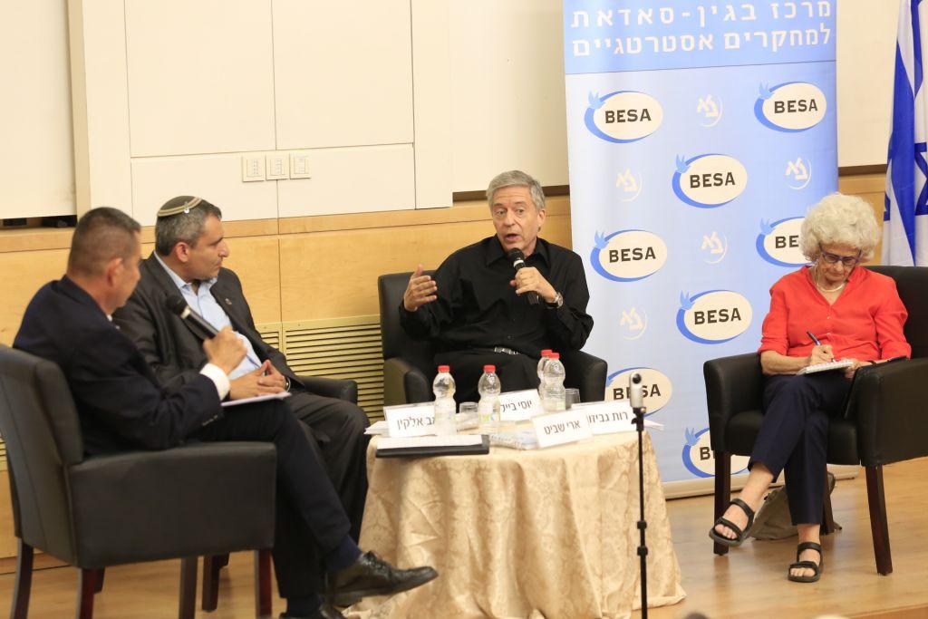 Zeev Elkin, 2e à gauche, Yossi Beilin, au centre, et le professeur Ruth Gavison, pendant une table ronde à l'université Bar-Ilan, le 26 juin 2017. (Crédit : autorisation)