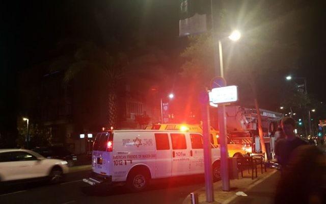 Une ambulance Magen David Adom sur la scène d'un incendie, à Tel Aviv, le 29 juin 2017. (Crédit : MDA)