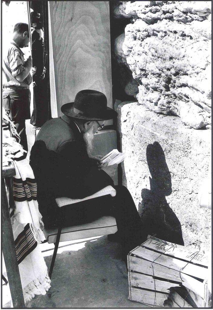 Le mur Occidental, en juin 1967. Jacques Héripret nous a confié : «A l'aube de ce matin-là, un vieil homme s'est approché, tirant une chaise trouvée je ne sais où. Près du Mur, il s'est assis et a commencé sa prière.» (Crédit : Jacques Héripret)
