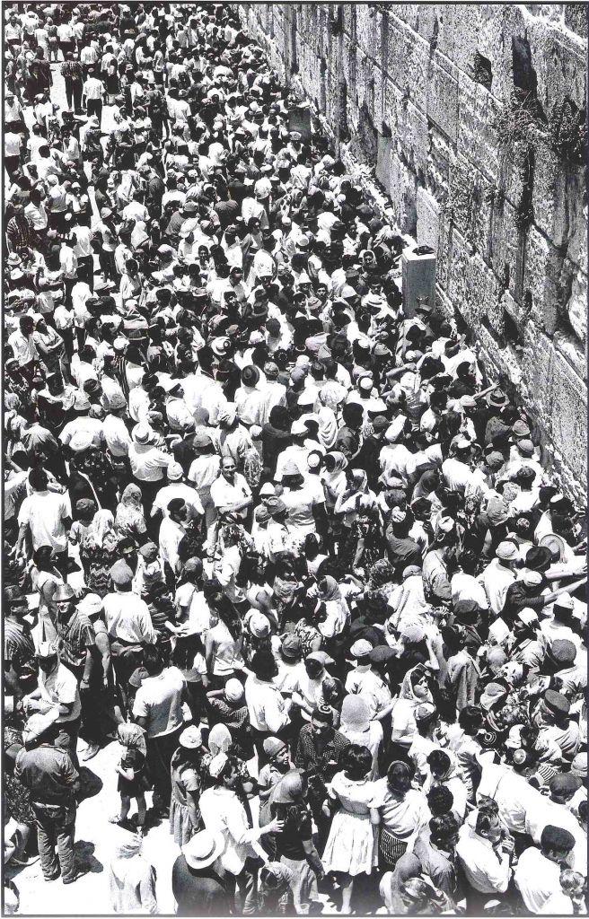 Le mur Occidental, en juin 1967. Jacques Héripret : «Ils furent trois, cinq, vingt, bientôt cinquante. Certains faisaient une ronde et dansaient. C'était la liesse. Ils venaient de partout par milliers.» (Crédit : Jacques Héripret)