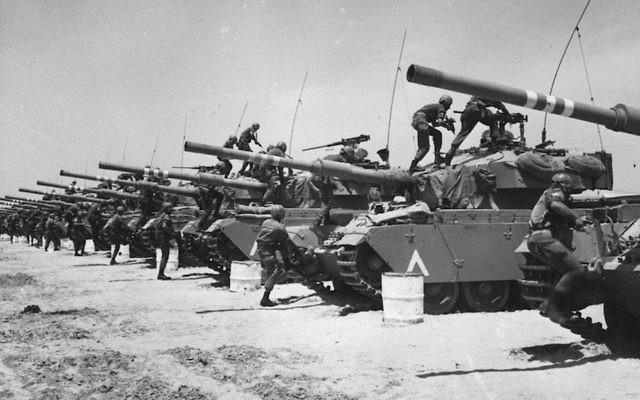 Juin1967:  Les tanks blindés israéliens se préparent à une attaque durant la Guerre des Six jours. (Crédit : Three Lions/Getty Images)