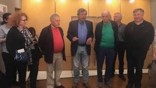 L'artiste Jacques Héripret, au centre, lors du vernissage de l'exposition «7 juin 1967, dans l'objectif du Leïca de Jacques Héripret» à l'Espace Rachi-Guy de Rothschild, à Paris. (Crédit : Collection Jacques Héripret)