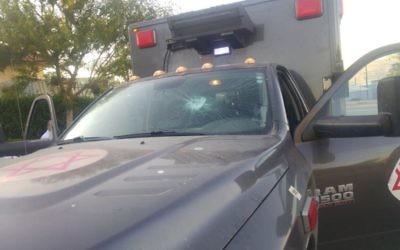 Une ambulance de l'armée endommagée par des habitants de l'implantation de  Yitzhar, le 17 juin 2017. (Crédit : unité des porte-paroles de l'armée israélienne)