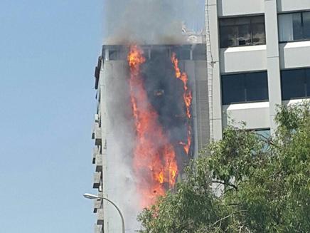Un incendie fait rage dans un immeuble d'habitation de 15 étages à Ramat Gan, le 13 juin 2016 (Capture d'écran : Deuxième chaîne)