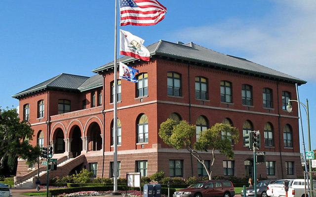 La photo de la mairie d'Alameda, Californie (Crédit : Wikimedia Commons / CC BY-SA 3.0)