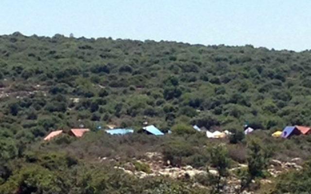 """Le campement temporaire installé dans le nord de la Cisjordanie pour le tournage du film pour enfants """"Yuval, héros dans les nuages"""" avec l'animateur Yuval Shemtov, dans une photo tweetée par le groupe terroriste du Hamas le 7 juin 2017. (Crédit : capture d'écran Twitter)"""