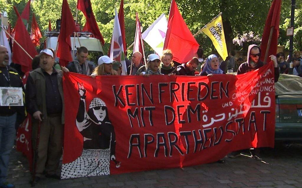 Extrait du documentaire allemand « Un peuple élu et mis à part, l'antisémitisme en Europe ». Ce passage montre une manifestation à l'occasion de la journée de la Nakba à Berlin. (Crédit : autorisation)