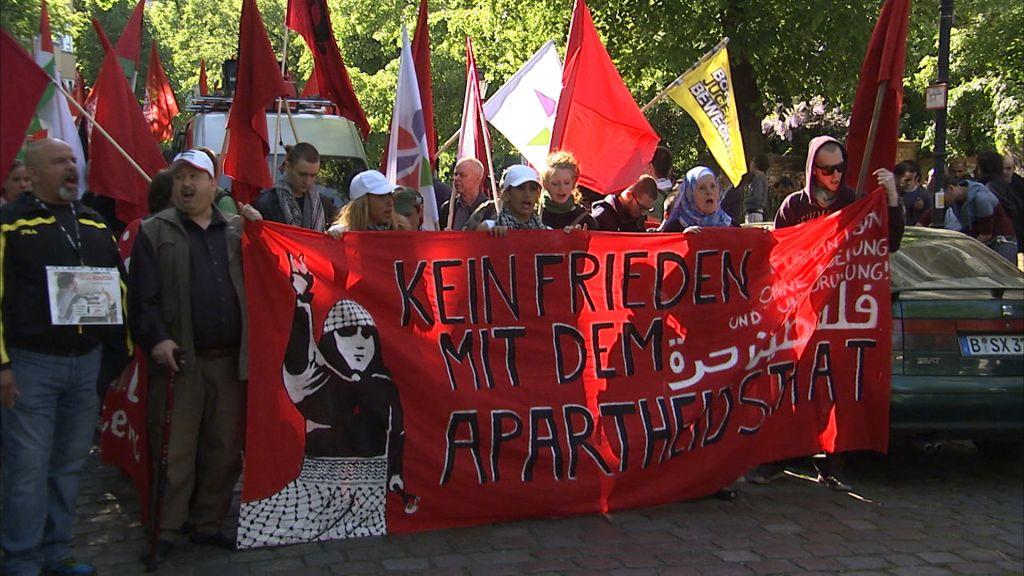 """Capture d'écran du documentaire allemand """"Élus et exclus - la haine des juifs en Europe"""". Le pasasge montre une manifestation à l'occasion de la journée de la Nakba à Berlin. (Crédit : autorisation)"""