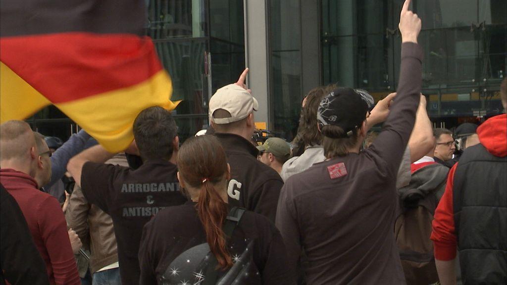 """Capture d'écran du documentaire allemand « Un peuple élu et mis à part, l'antisémitisme en Europe ». Le passage montre une manifestation du mouvement politique """"Third Position"""" à Berlin. (Crédit : autorisation)"""