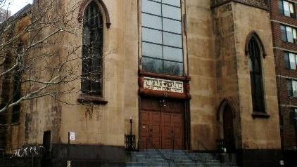 La façade de la synagogue Beth Medrash Hagadol à New York avant l'incendie. (Crédit : CC BY-SA 3.0 Sheila/Wikipedia)