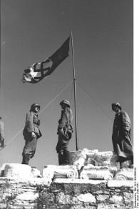 La croix gammée nazi flottant sur l'Acropole d'Athènes, en 1941. (Crédit : Bundesarchiv - Bild 101I-164-0368-04 - Jesse/CC BY-SA 3.0/WikiCommons)