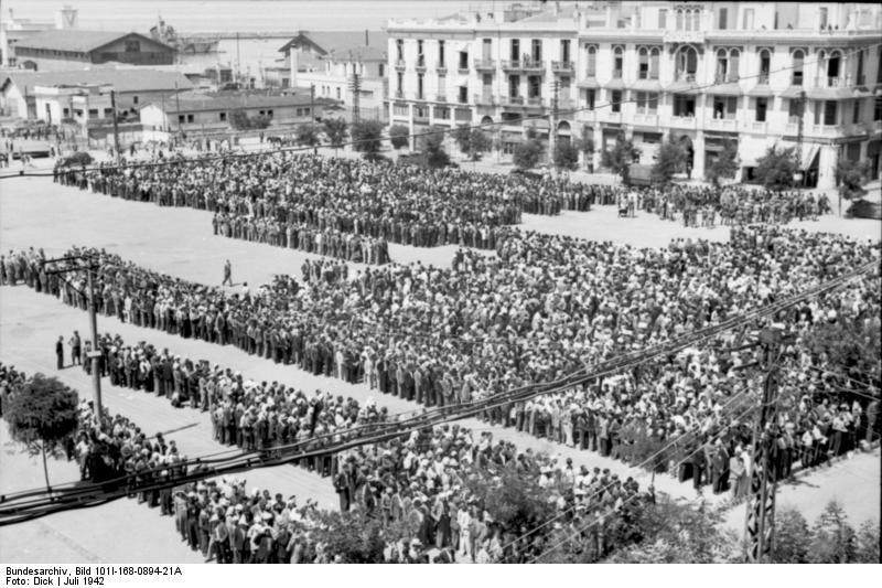 Les juifs de Thessalonique, rassemblés sur la place de la Liberté, en juillet 1942. (Crédit : Bundesarchiv)