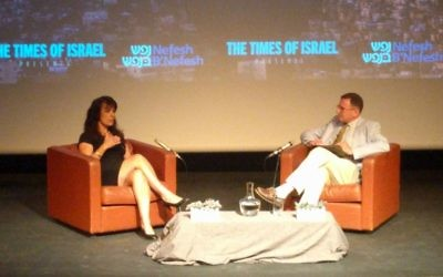 Nitsana Darshan-Leitner s'entretient avec  Mathew Kalman le dimanche 4 juin au  Hirsch Theater de Jérusalem lors du plus récent rendez-vous de la série 'The Times of Israel Presents'. (Crédit : Yaakov Schwartz/Times of Israel)