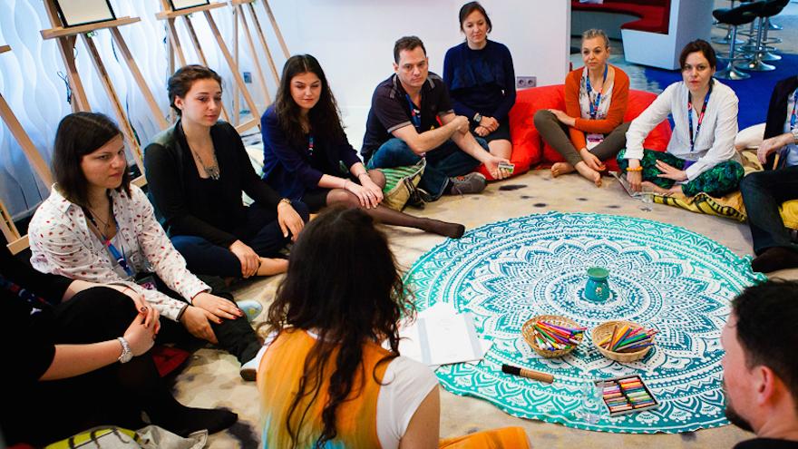 L'atelier d'Alisa Poplavskaya sur la pleine conscience, durant la conférencec de Junction, qui a attiré plus de 160 jeunes adultes juifs à Berlin. (Crédit : Bokeh Graphik/JDC/via JTA)