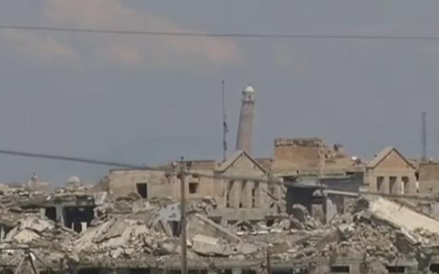 """Le minaret penché, surnommé """"la tour de Pise irakienne"""" et que les habitants de Mossoul appellent """"la bossue"""" (al-Hadba) (Crédit : Capture d'écran YouTube)"""