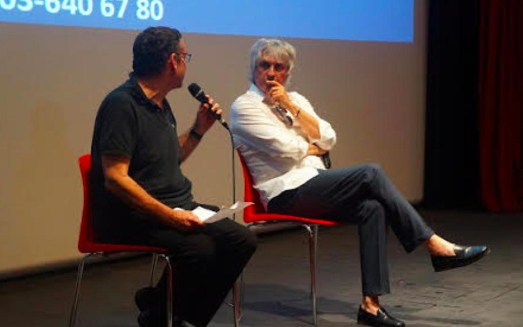 """Alain Goldman répond aux questions des spectateurs  à l'issue de la projection du film """"HHhH"""" à Tel Aviv, en juin 2017. (Crédit : Camille Goldman)"""