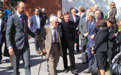 Le Premier ministre français Edouard Philippe (g) et Henri Zajdenwergier, dernier survivant du convoi 73, participent à une cérémonie en souvenir des déportés du convoi 73 du 15 mai 1944 devant la stèle commémorative sur le site de l'ancienne prison de Patarei en Tallinn, le 29 juin 2017. (Crédit : AFP/Petras Malukas)