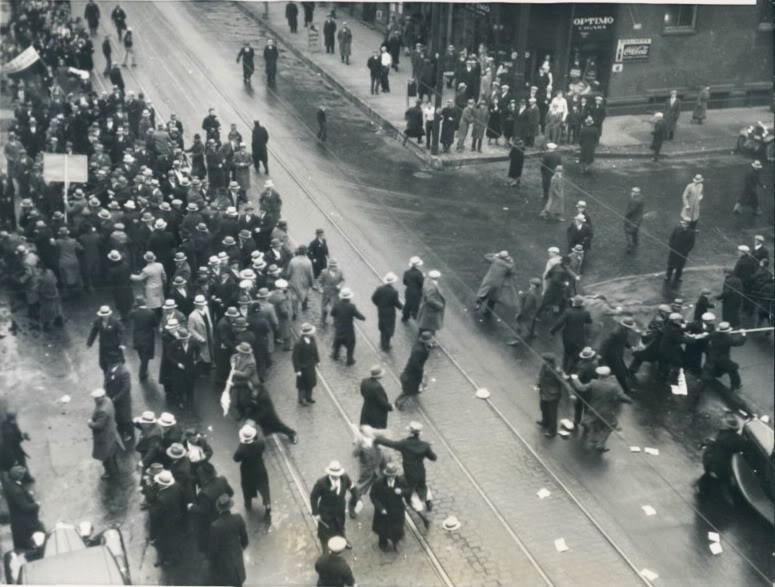 Des communistes américains attaquent un gr0oupe de manifestants ukrainiens qui protestent contre la famine causée les Ukrainiens qui a tué 4 millions de personnes entre 1932 et 1933. (Crédit: domaine public)