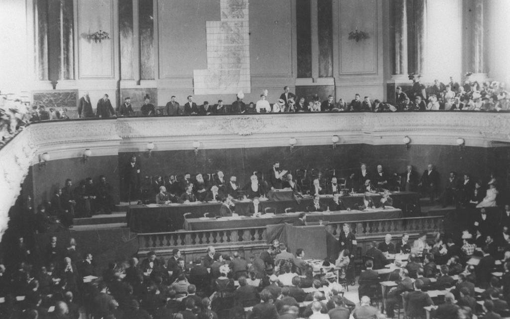 Theodor Herzl s'adresse aux participants du premier ou second Congrès sioniste, à Bâle, en 1897/8. (Crédit : GPO)