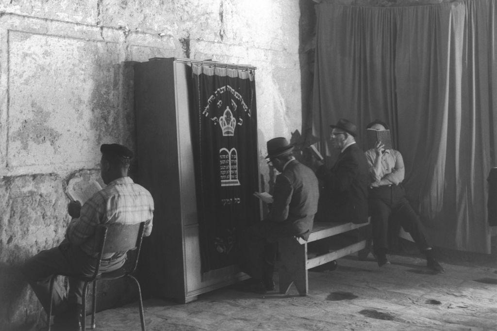 Les Juifs prient devant une nouvelle arche contenant des rouleaux de Torah à l'arche de Wilson de la Vieille ville de Jérusalem, aux alentours de 1970 (Crédit : Moshe Milner/GPO)