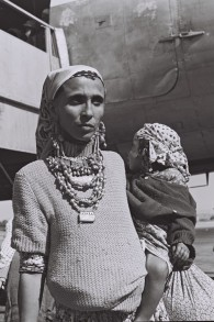 Une mère yéménite et son enfant, 1950 (Crédit : Fritz Cohen/ GPO)