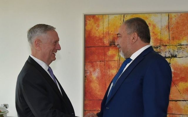 Avigdor Liberman, à droite, ministre de la Défense, avec son homologue américain James Mattis, en marge de la 53e Conférence de Munich, le 27 juin 2017. (Crédit : Ariel Harmoni/ministère de la Défense)