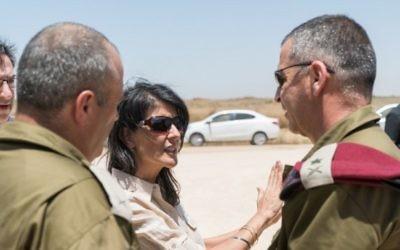 L'ambassadrice des États-Unis à l'ONU Nikki Haley avec le chef d'état-major adjoint de l'armée israélienne et le général Aviv Kochavi, près d'un tunnel creusé par le Hamas près du kibbutz Ein Hashlosha, le 8 juin 2017 (Crédit : Armée israélienne)