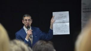 Le rabbin Aubrey Hirsch, conférencier du Musée commémoratif Amud Aish, apportant des précision aux guides d'Auschwitz. (Crédit : Amud Aish)