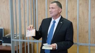 Yuli Edelstein, président de la Knesset, en visite au tribunal où il a été condamné à trois ans de travaux forcés en Sibérie, le 28 juin 2017. (Crédit : ambassade israélienne à Moscou)