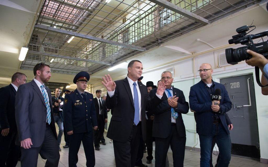 Yuli Edelstein, président de la Knesset, à la prison Butyrka de Moscou où il a été détenu pendant trois mois avant son procès pour avoir enseigné l'hébreu, en 1984, ici pendant sa visite officielle, le 28 juin 2017. (Crédit : ambassade israélienne à Moscou)