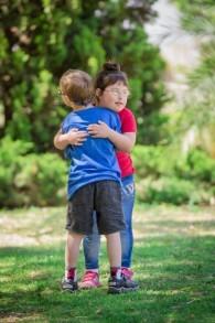 Hallel Markowitz (en rouge) enlace un autre enfant mannequin durant la séance photo de la campagne de Select Fashion. (Crédit : Dmitriy Green)