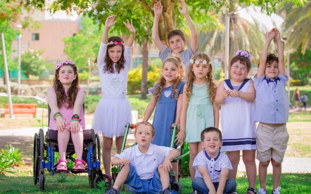 La collection Été 2017 de Select Fashion, un fabricant israélien de prêt-à-porter qui embauche des enfants spéciaux comme mannequins. Hallel Markowitz est deuxième à partir de la droite. (Crédit : Dmitriy Green)