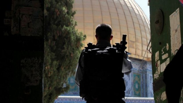 Un agent de la police des frontières à une entrée du mont du Temple dans la Vieille Ville de Jérusalem le 8 juin 2009 (Crédit : Yossi Zamir / Flash90)