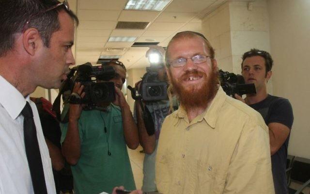 Le rabbin Elizur, au centre, discute avec son avocat au tribunal de  Rishon Lezion en août 2010 (Crédit : Roni Schutzer/Flash90)