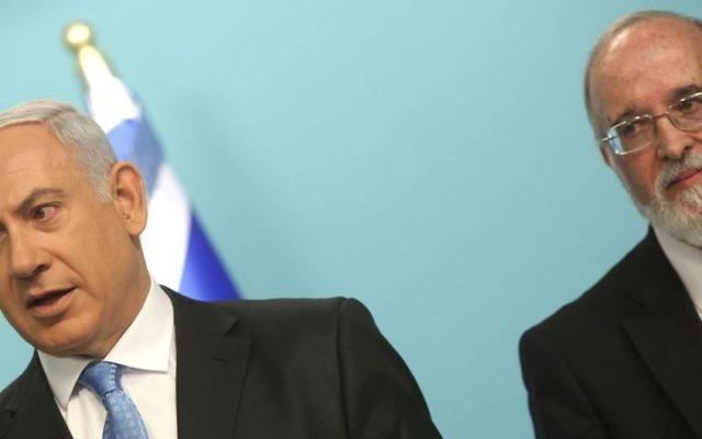 Le professeur Isaac Ben-Israel durant une conférence de presse en 2011 avec le Premier ministre Benjamin Netanyahu annonçant la création d'un bureau chargé de se concentrer sur les capacités de protection israéliennes et de superviser le développement du cybersecteur (Crédit : Kobi Gideon / Flash90.)