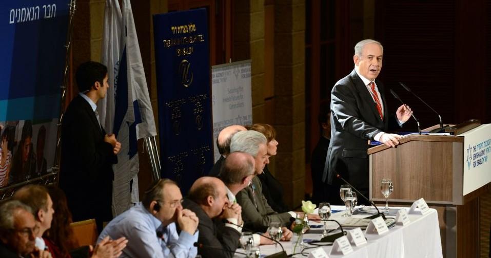Le Premier ministre Benjamin Netanyahu lors d'un discours devant le conseil d'administration de l'Agence juive à Jérusalem, le 18 février 2013 (Crédit :  Kobi Gideon/GPO/flash90)