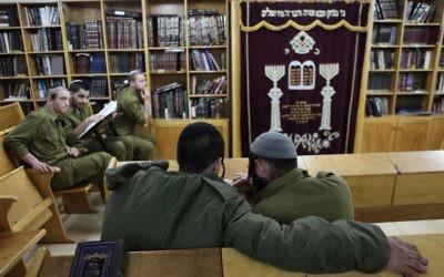 Les soldats de l'unité d'infanterie ultra-orthodoxe 'Netzah Yehuda' de l'armée israélienne en train d'étudier sur la base militaire de Peles, dans le nord de la vallée du Jourdain (Crédit: Yaakov Naumi/Flash90)