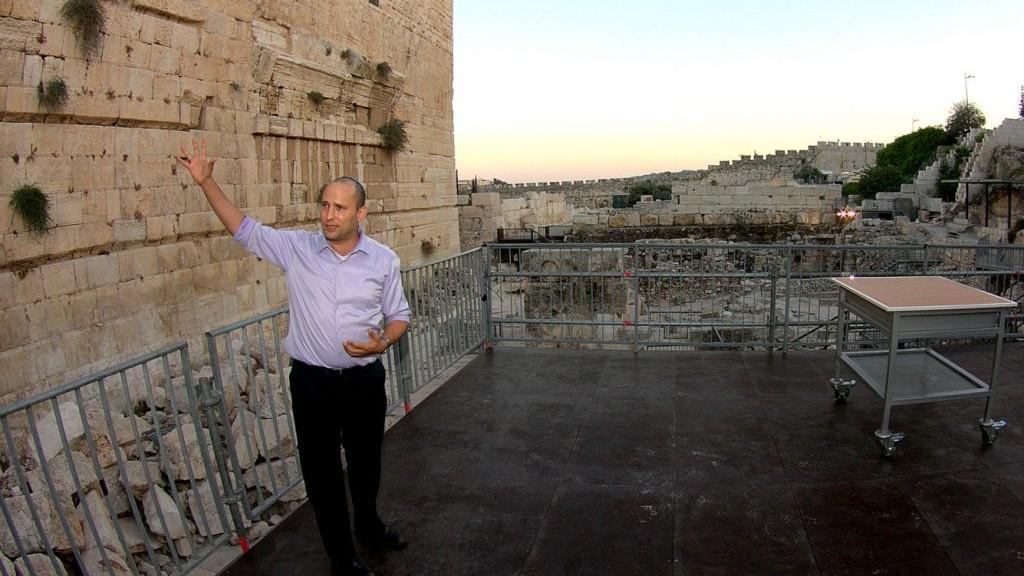 Naftali Bennett, alors ministre des Affaires religieuses, inaugure une plateforme temporaire de prière égalitaire, au mur Occidental de Jérusalem, en août 2013. (Crédit : Ezra Landau/Flash90)