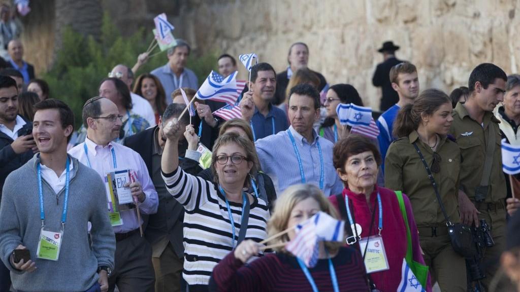 Les membres des Fédérations juives américaines marchent le long des murs de la Vieille ville durant la cérémonie de clôture de l'Assemblée générale des Fédérations américaines à Jérusalem, le 12 novembre 2013 (Crédit : : Yonatan Sindel/Flash90)