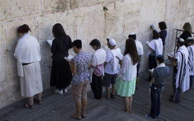 Des Juifs conservateurs prient dans la section préparée pour la prière pour les Femmes du mur à l'arche de Robinson, dans la Vieille ville de Jérusalem, le 30 juillet 2014 (Crédit : Robert Swift/Flash90)