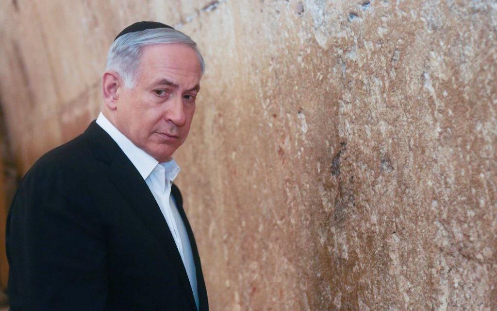 Le Premier ministre Benjamin Netanyahu visite le mur Occidental dans la Vieille ville de Jérusalem le 28 février 2015 (Crédit : Marc Israel Sellem/POOL)