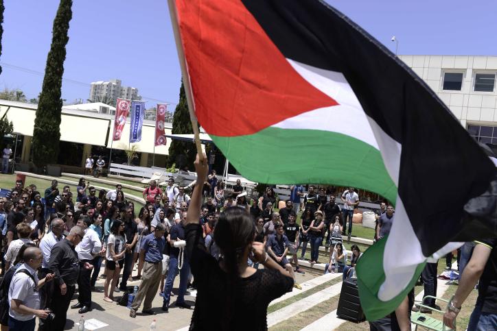 Des arabes israéliens et des étudiants de gauche manifestent à l'occasion de l'anniversaire de la Nakba à l'université de Tel Aviv le 20 mai 2015 (Crédit :Tomer Neuberg/Flash90)