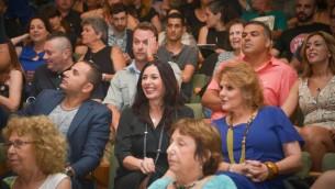 La ministre de la Culture Miri Regev (au centre) lors d'une cérémonie de remise des prix pour le théâtre israélien à Tel Aviv, le 19 juin 2015 (Crédit :(FLASH90)