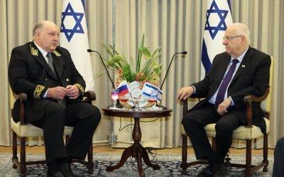 Le président Reuven Rivlin, à droite, avec l'ambassadeur russe en Israël, Alexander Shein, à la résidence présidentielle de Jérusalem, le 9 novembre 2015. (Crédit : Issac Harari/Flash90)