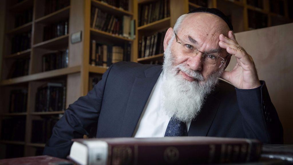 Portrait du professeur Avraham Steinberg, en charge de la maison d'édition Talmudic Encyclopedia à la bibliothèque de Jérusalem, le 27 décembre 2015 (Crédit : Hadas Parush/Flash90)