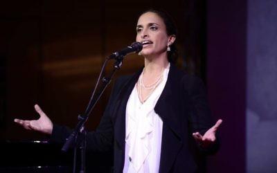 La chanteuse Achinoam Nini durant une cérémonie en mémoire de Yossi Sarid, le 12 janvier 2016. (Crédit :  Tomer Neuberg/Flash90)