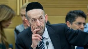Uri Maklev, député de Yahadout HaTorah, à la Knesset, le 16 février 2016. (Crédit : Yonatan Sindel/Flash90)