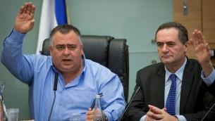 Le président de la coalition David Bitan, à gauche, avec le ministre des Transports Yisrael Katz, pendant une réunion de commission à la Knesset, le 23 mars 2016. (Crédit : Yonatan Sindel/Flash90)